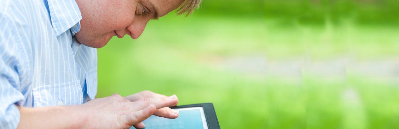 Jovem com síndrome de down usando um tablet